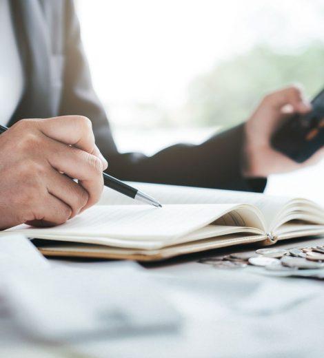 accountant-calculate-the-cash-bill-TFB6GTZsmall